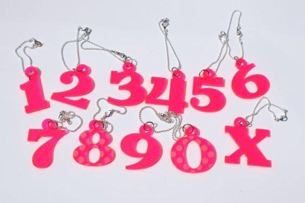画像1: 蛍光ピンクドット【ヘッドカバーのウッドやUTの番号札に】アクリル製 ナンバーチャーム 艶あり 光沢 サイズ:40mm (1)